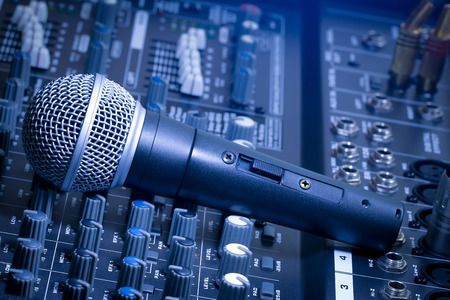 microfono de radio: Mezclador de audio y micrófono azul, imágenes brillantes.