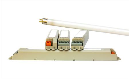 tubos fluorescentes: T5 fluorescente y el ahorro de energía electrónicos BallasTubes en el fondo blanco.