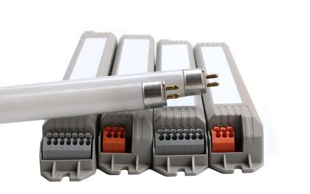 tubos fluorescentes: T5 fluorescente y el ahorro de energ�a electr�nicos BallasTubes en el fondo blanco.