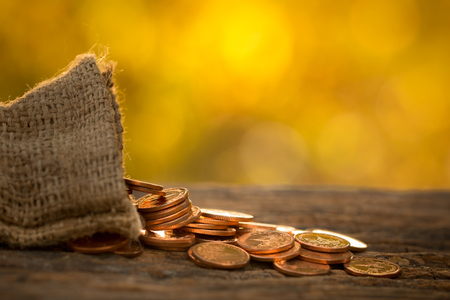 Narastająca pieniądze monet sterta z zmierzchem, ratuje pojęcie, bogactwo.