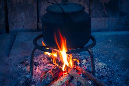 Ein schmutziger Aluminium Wasserkocher wird auf einem Holzkohlegrill als beliebte Menschen verkauft Standard-Bild - 99209081