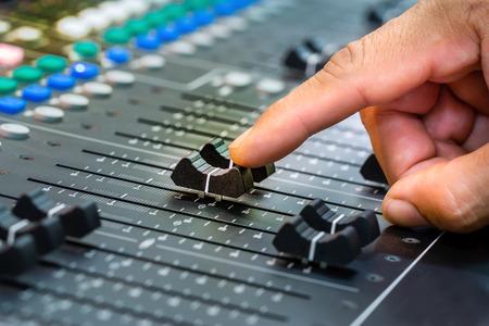 Mix, Han sound, control sound system at the concert. Standard-Bild - 102011245
