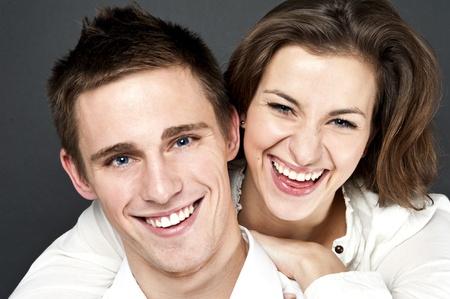 lachendes gesicht: Junges Paar togheter auf schwarzem Hintergrund