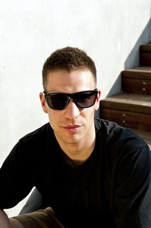 homem: homem nas escadas com óculos de sol