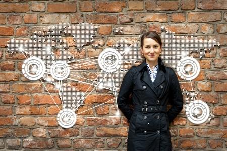 comunicarse: Mujer por la pared con el mundo de los viajes mapa Foto de archivo