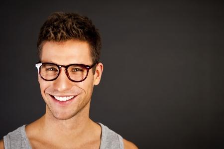 modelos hombres: Hombre en la camisa gris top tanque mirar a la c?mara con sonrisa grande