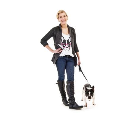 dog on leash: Mujer con su perro en la correa sobre fondo blanco