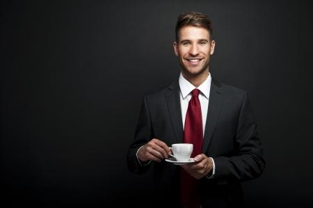 tomando café: Retrato de la atractiva joven de beber café hombre de negocios