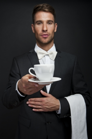 Hombre Barista  camarero que sirve caf� con delantal. Apuesto joven peque�a cafeter�a photo