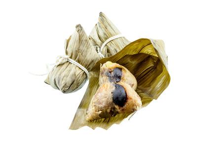 Zongzi, een traditionele Chinese gerechten gemaakt van kleefrijst gevuld met verschillende vullingen en verpakt in bamboe bladeren. Gegeten tijdens de Dragon Boat Festival. Rice dumplings, kleefrijst dumplings