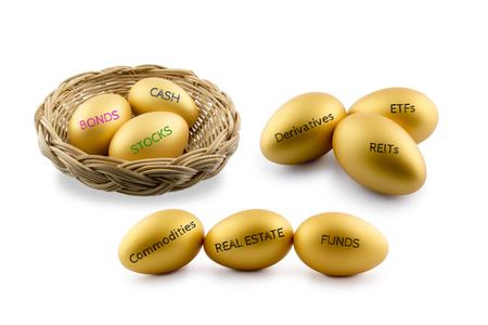 Asset allocatie thema, gouden eieren met diverse aard van financiële en beleggingsproducten dwz obligaties, cash, etc. Duurzaam portfolio en lange termijn vermogensbeheer met risicospreiding concept. Stockfoto