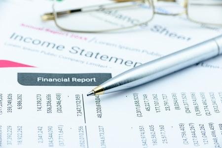 Blauwe balpen op kwartaalbasis collectief financieel verslag op een tafel te wachten op de financiële en de investeringen analist analyseren alvorens openbaarmaking. Financiële analyse van investeringen concept.