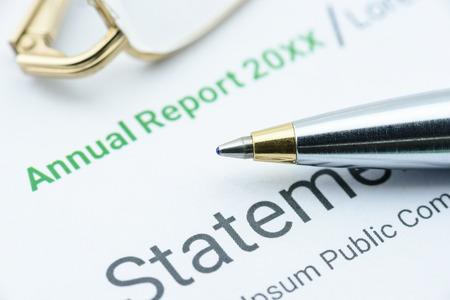 Blauwe balpen op het jaarverslag van een vereniging te wachten op een supervisor om toezicht te houden voordat onderwerping aan een Uitvoerend Comité te bespreken in de vergadering. Financiële analyse van investeringen concept. Stockfoto