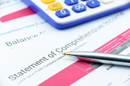 Blauwe balpen op de verklaring van een onderneming van het totaalresultaat wachten op een accountant te controleren voordat indiening bij de afdeling inkomsten. Financiële en analyse van investeringen concept.