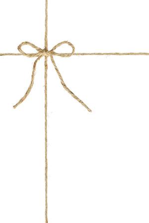 자연 갈색 황마 감기 대마 로프는 코드의 중간에 매듭  활을 묶습니다. 흰색 배경에 고립. 여러 사진 편집기 프로그램에서 다중 레이어 처리  장식 요