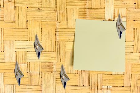 Leeg vel papier bevestigd aan een oud huis bamboe houten wand met Japanse ninja wapens. Kopieer ruimte voor het verlaten van meerdere berichten dwz notities, herinnering, orde, informatie, suggesties, memo, etc