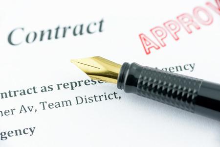 Vulpen op een goedgekeurde contract met rode zegel gestempeld.