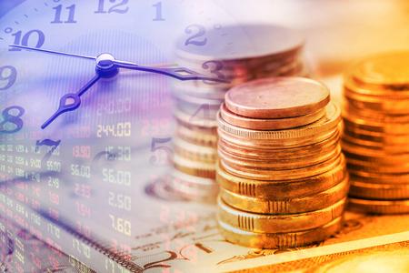 확대 사진보기 : 동전과 시계 바늘의 스택입니다. 돈의 시간 가치의 개념  아이디어. 현재의 돈으로 인한 잠재적 소득 능력에 미래에 동일한 금액보다