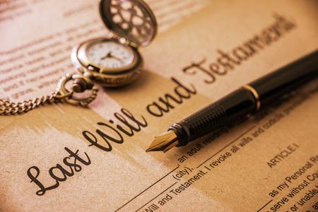 長い影とビンテージレトロ スタイル: 万年筆、最後意志および遺言の懐中時計。桑の実のフォームを印刷用紙と待っている記入、遺言者が署名する