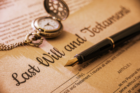Vintage  retro styl s dlouhým stínem: Plnicí pero, kapesní hodinky na poslední vůli a závazek. Formulář je vytištěn na morušovém papíře a čeká na jeho vyplnění a podpis testovateli  testatrix.