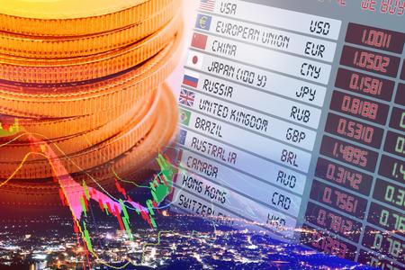 Close-up van munten, digitaal scherm  display van wisselkoersen en vlaggen met namen van alle landen, met grafiek van financiële instrumenten. 3D illustratie Financieel concept