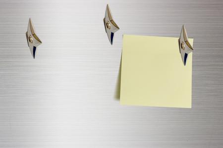 Blanco stuk papier bevestigd op een glanzend aluminium oppervlak met Japanse ninja verborgen wapens. Kopieer ruimte voor het achterlaten van verschillende berichten, dat wil zeggen algemene informatie, voorafgaande informatie Stockfoto