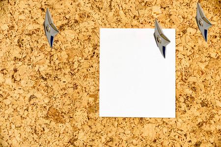 Leeg blad van document in bijlage op een cork prikbord met Japanse ninja verborgen wapens. Ruimte kopiëren voor het achterlaten van verschillende berichten, dwz algemene informatie, voorafgaande informatie, aanbeveling, enz