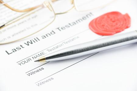 Blauwe balpen op testament met bril en een zegellak stempel met een letter van het alfabet B. Voorbereiding voor het vullen en het ondertekenen van een document. Stockfoto
