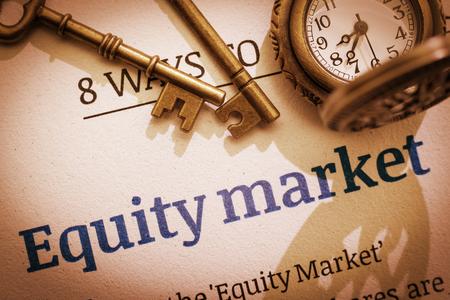 Vintage  retro kleur stijl: Twee messing sleutels en een zakhorloge op een aandelenmarkt opdrachtgever  fundamentele document. Een concept van het investeren in de aandelenmarkt, dat enige basiskennis nodig.