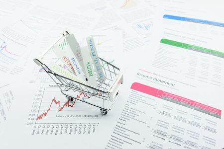 Verschillende soorten activa in een winkelwagentje. Een ideale investering die elk vermogen in een portefeuille diversifieert naar onsystematische risico zo laag mogelijk te minimaliseren. asset allocatie en diversificatie concept. Stockfoto