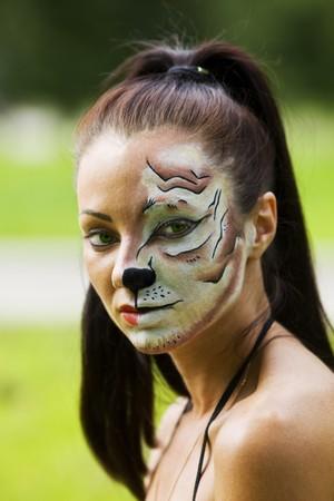 tigresa: La joven de la tigresa componen cerca de retrato  Foto de archivo