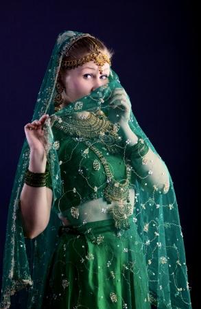 젊은 여자가 당신을보고 - 가까운 얼굴을 베일 hijab를 함께
