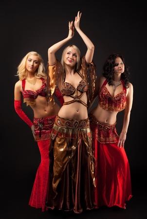 Danza de belleza tres niñas en traje árabe Foto de archivo - 8872385
