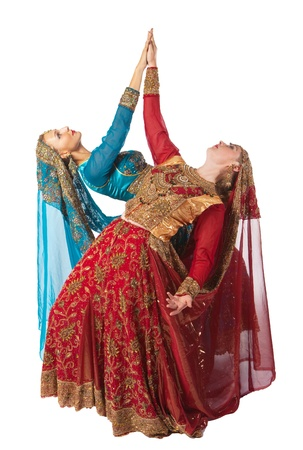 bollywood: jonge vrouwen dans in Indiase traditionele kostuum geïsoleerd