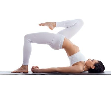 Matte: Sch�nheit Frau �bung Biegung Yoga-Pose auf Gummimatte isoliert