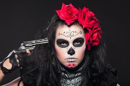 dia de muertos: Vestido de mujer joven que lleva con rosas para el día de los difuntos Foto de archivo