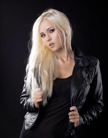 rocker girl: Belleza rubia joven en chaqueta de cuero Foto de archivo