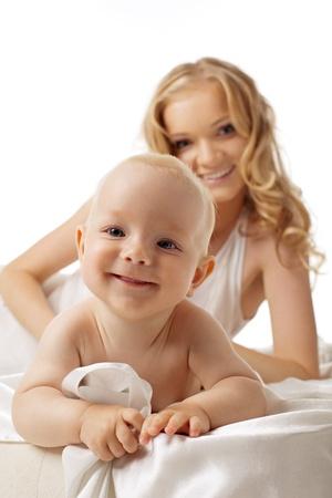 madre e hijo: Sonrisa beb� mira usted y belleza madre en segundo plano