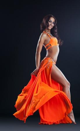 Schönheit attraktive Frau posiert in orangefarbenen Schleier - Arabien Stil Standard-Bild