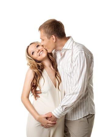 homme enceinte: Jeune couple heureux en attente de blanc pour bébé - homme embrasser un whife