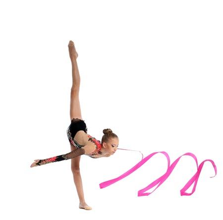 petite fille maillot de bain: Belle adolescente faisant de la gymnastique split avec du ruban Banque d'images