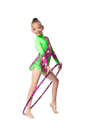 Jonge tiener meisje doet gymnastiek oefening met hoepel geïsoleerde