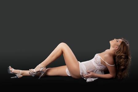 girl sexy nude: Lay chica desnuda sexy en lencer�a blanca - relax en deseo Foto de archivo