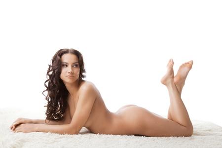 donne nude: Bellezza donna nuda giovane giaceva sul ritratto in studio di pelliccia bianca