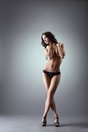 junge nackte mädchen: Beauty Mädchen posiert nackt entspannt in schwarze Höschen und Schuhen