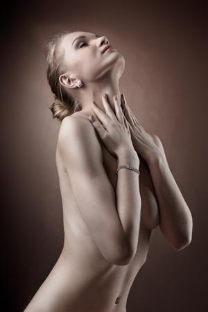 junge nackte m�dchen: Erstaunlich naked woman studio portrait hide Brust mit den H�nden