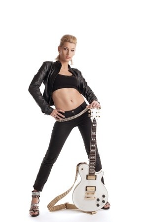 rocker girl: La mujer de rock Sexy en cuero negro posando con guitarra electro aislado en blanco