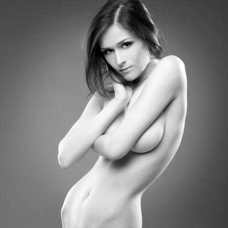 femme se deshabille: Belle sexy jeune femme nue �rotique portrait noir blanc