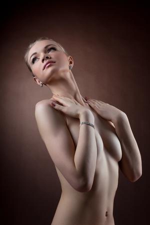 junge nackte mädchen: Erstaunlich nackte Frau Studio Portrait ausblenden Brust mit den Händen Lizenzfreie Bilder