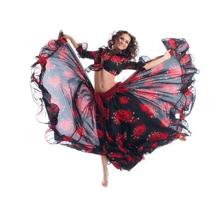 gitana: Saltar joven mujer de belleza en la danza gitana aislados